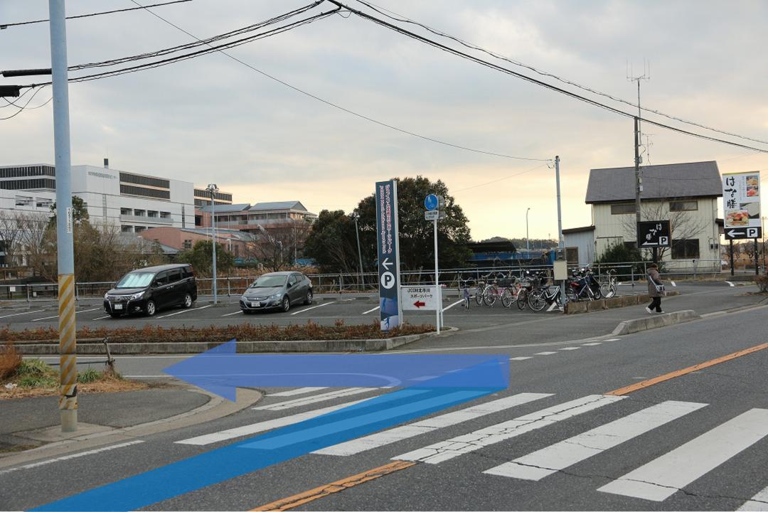 横断歩道の向こうと言うか、横断歩道で左に曲がります。
